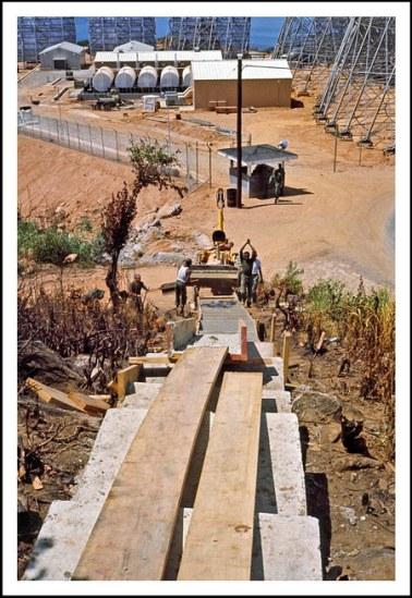 Chú thích của Steve Brown trên Flickr cá nhân của mình về bức ảnh: Một lối đi bằng bê tông đang được xây dựng trên núi Khỉ, nơi tôi công tác khoảng 6 tuần trong khoảng thời gian ở Việt Nam. Bên sườn núi này là một trạm chỉ huy thông tin liên lạc (được mệnh danh là Mắt Thần Đông Dương). Khi tôi đến đây, những người thợ xây đang xây dựng một cầu thang dẫn từ doanh trại phía dưới lên trạm.
