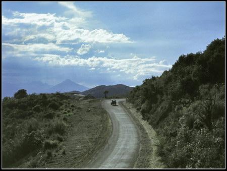 Chú thích của Steve Brown trên Flickr cá nhân của mình về bức ảnh: Đây là quang cảnh của con đường dẫn đến cơ sở thông tin liên lạc của chúng tôi ở phía Bắc núi Khỉ. Có thể nhìn thấy ở phía xa những đỉnh núi nhô lên bên vịnh Đà Nẵng.