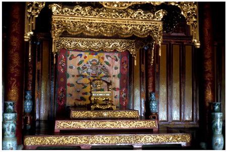Chú thích của Steve Brown trên Flickr cá nhân của mình về bức ảnh: Ngai vàng của các vị vua nhà Nguyễn trong điện Thái Hoà.