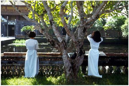 Chú thích của Steve Brown trên Flickr cá nhân của mình về bức ảnh: Hai nữ họa sĩ ở Đại Nội. Đây là bức ảnh yêu thích của tôi từ khi ở Việt Nam năm 1967. Có một trường nghệ thuật trong di tích lịch sử Hoàng thành tại Huế và hai cô gái này đang vẽ ở phía trước cửa Ngọ Môn. Tôi không nhớ là mình đã chụp bức ảnh này một cách vu vơ, hay là do tư thế gợi cảm của của cô gái.