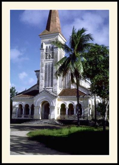 Chú thích của Steve Brown trên Flickr cá nhân của mình về bức ảnh: Nhà thờ xinh đẹp này nằm ở phía Nam của sông Hương.