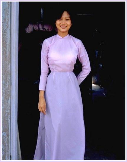 Chú thích của Steve Brown trên Flickr cá nhân của mình về bức ảnh: Nguyệt là một phụ nữ trẻ đáng yêu, làm quản lý một cửa hàng quà tặng tại căn cứ quân sự của chúng tôi tại Phú Bài, gần Huế. Cô là hình mẫu điển hình cho những người phụ nữ xinh đẹp mà bạn có thể bắt gặp ở Huế.