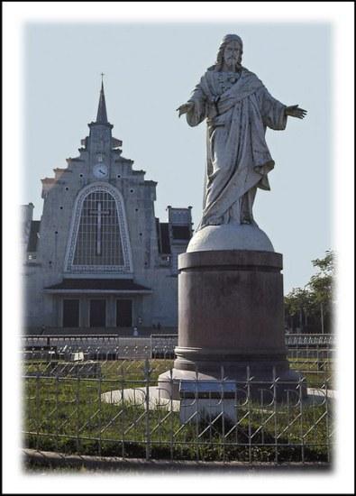 Chú thích của Steve Brown trên Flickr cá nhân của mình về bức ảnh: Một nhà thờ Công giáo lớn ở phía nam của Huế (nhà thờ Dòng Chúa Cứu Thế), được mở cửa vào năm 1962.