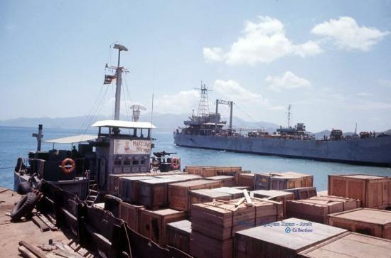 Tàu vận tải Mỹ neo đậu trên bãi Đỏ, Cam Ranh.