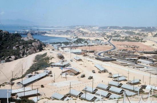 Các căn cứ của quân đổi Mỹ nằm trải dài nhiều km dọc bờ vịnh Cam Ranh.