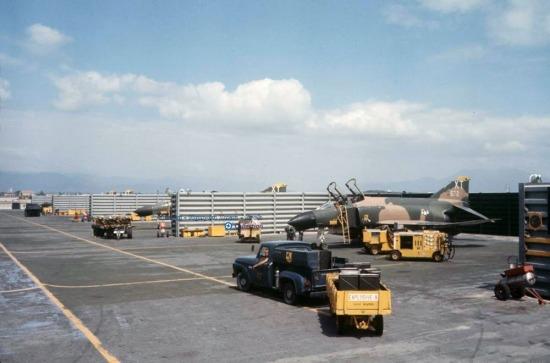Máy bay F-4 Phantoms của Mỹ tại căn cứ Cam Ranh.