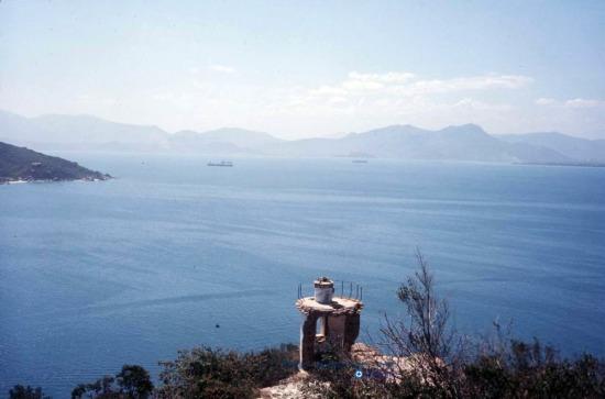 Hải đăng đổ nát trên mũi Hòn Lương, vịnh Cam Ranh.