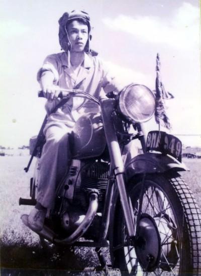 Thời đó, mô tô còn rất xa lạ, việc điều khiển, rồi làm chủ đến thực hiện những màn biểu diễn nghệ thuật trên xe là điều không hề đơn giản.