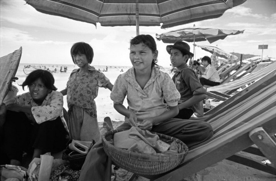 """Tuyết Mai là cô con gái 13 tuổi của bà Nguyễn Thị Ba. Em sinh ra ở Nha Trang, nhưng hiện sống ở Vũng Tàu cùng gia đình. Cùng đứa em gái tên là Anh mới 5 tuổi, Mai đi bán đậu phộng trên bãi biển cho du khách. Khu vực em bán hàng là nơi tập trung du khách Nga và Đông Âu, và dung mạo """"lai Tây"""" giúp em thu hút sự chú ý hơn. Mai không biết gì về cha mình. Sau khi bức ảnh này được đăng trên tạp chí Life năm 1985, nhiều cựu binh Mỹ, và cả vợ của một số cựu binh, đã yêu cầu công bố danh tính của cô bé. Một người đã thu xếp để đưa Mai sang Mỹ, dù tuyên bố về việc ông là cha đẻ của Mai bị nghi ngờ."""