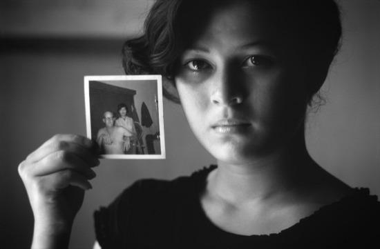 """Em Lê Thị Liên sống với mẹ nuôi của mình là bà Trần Thị Sinh trong một cửa hàng văn phòng phẩm ở Chợ Lớn sau khi mẹ đẻ qua đời khi mới 3 tháng tuổi. Cha của Liên là một kĩ sư Mỹ làm việc ở Sài Gòn rồi về nước năm 1970. Khi nghe tin mẹ Liên mất, ông đã hỗ trợ tài chính để nuôi Liên. Nhưng sau đó ít lâu, bà Sinh đã nhận được một bức thư từ vợ của người kĩ sư Mỹ, viết rằng: """"Đừng bao giờ cố gắng để liên lạc với chồng tôi nữa"""".  Giờ đây, tất cả những gì còn sót lại về cha mẹ Liên là một bức ảnh cũ chụp hai người. Hiện Liên học ở ngôi trường đối diện với cửa hàng của mình. Em tỏ ra có năng khiếu ở môn điền kinh, thể dục dụng cụ và đã giành giải nhất nội dung chạy cự li ngắn trong một cuộc thi."""