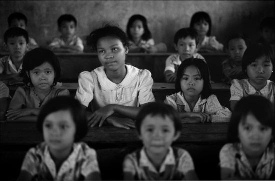 Lê Thị Út, 13 tuổi, là con gái của bà Lê Thị Mai với một lính Mỹ da đen. Ngoài Út, bà Mai còn có nhiều đứa con khác với một người đàn ông Việt Nam. Lê Thị Út hiện theo học ở trường tiểu học mang tên Vĩnh Phú ở tỉnh Bến Tre, nơi em được làm lớp trưởng. Em biết rất ít về người cha của mình – người không có tên trong hồ sơ nhập học – ngoại trừ việc ông đóng quân ở Bến Tre thời gian chiến tranh. Út quả quyết rằng mình muốn được ở lại Việt Nam, thay vì lựa chọn sang Mỹ như nhiều trường hợp con lai khác.
