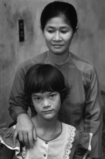 Vương Thị Mỹ Linh và mẹ cô bé là bà Vương Thị Mai Phương, người từng làm nhân viên trong câu lạc bộ của USAID (Cơ quan phát triển quốc tế Mỹ) trên đường Trần Quý Cáp ở Sài Gòn. Cha của Mỹ Linh là Robert C. Turner, một cựu nhân viên Đại sứ quán Mỹ ở Sài Gòn. Ông đã rời khỏi Việt Nam năm 1973.