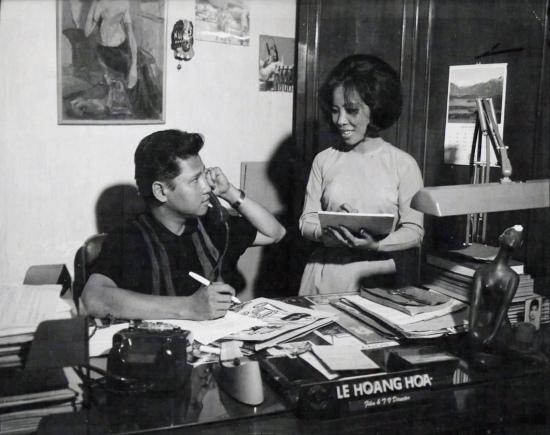 Đạo diễn Lê Hoàng Hoa - giám đốc chương trình kiêm quản lý sản xuất của đài truyền hình VNCH - cùng người thư ký tại bàn làm việc của mình.