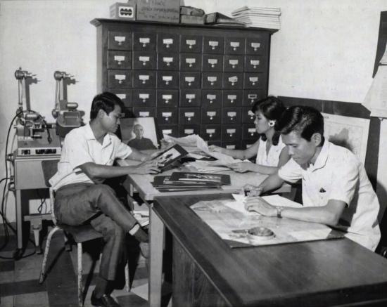 Trưởng ban hình ảnh, người viết bản tin và thư ký thực hiện các công việc theo sự phân công trong phòng tin tức.