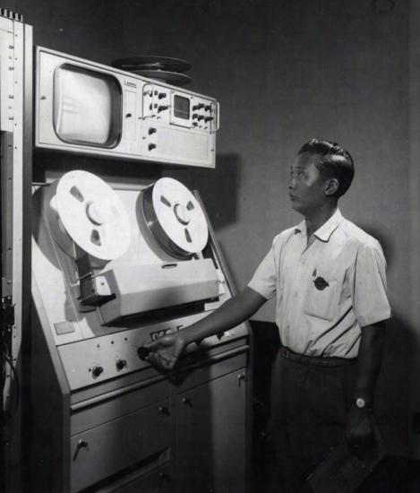 Một kỹ sư kiểm tra máy ghi băng Amplex khi buổi ghi hình cho bản tin hàng đêm sắp kết thúc.