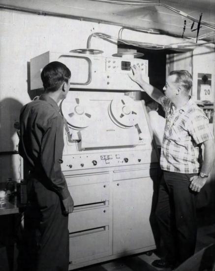 Ông Robert C. Gassert, cố vấn truyền hình Mỹ giám sát kỹ thuật viên Việt Nam khi vận hành máy ghi băng Ampex.