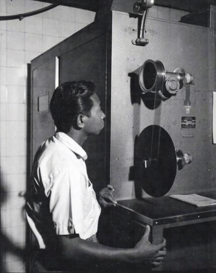 Một kỹ thuật viên xử lý phim 35mm Houston Peerless trong phòng tối để chuẩn bị cho công đoạn biên tập.