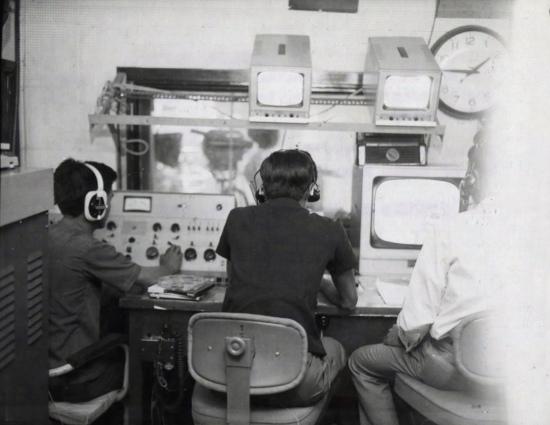 Biên tập viên âm thanh, đạo diễn hình ảnh và người phụ trách thông tin đang xử lý một bản tin cho buổi phát sắp tới.
