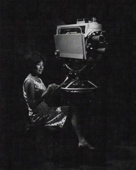 Hoàng Thị Lệ Hợp, một trong những phát thanh viên hàng đầu của truyền hình Sài Gòn xem lại bản tin trước buổi ghi hình.