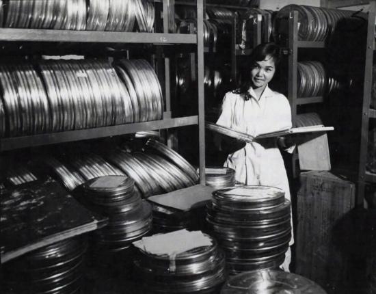Người nữ thủ trong thư viện chứa hàng nghìn phim tư liệu đủ mọi thể loại.
