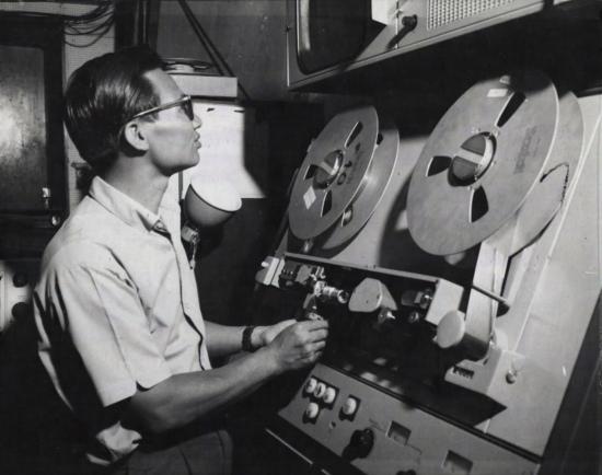 Ông Hoàng Thái - người phụ trách trường quay - kiểm tra một máy ghi băng Ampex 1100 trước buổi ghi hình của các bản tin sắp tới.