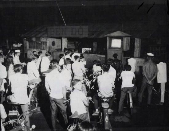 Dân Sài Gòn xem truyền hình công cộng tại một chiếc ti-vi nhỏ ở Bến Bạch Đằng.  Theo KIẾN THỨC