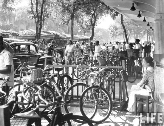 Nơi để xe đạp trên vỉa hè đại lộ Charner, nay là đường Nguyễn Huệ, Sài Gòn.