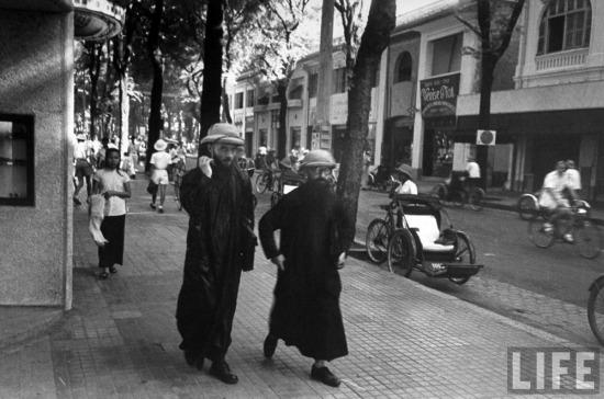 Băng-rôn quảng cáo phim treo đầy trên một đường phố ở trung tâm Sài Gòn.