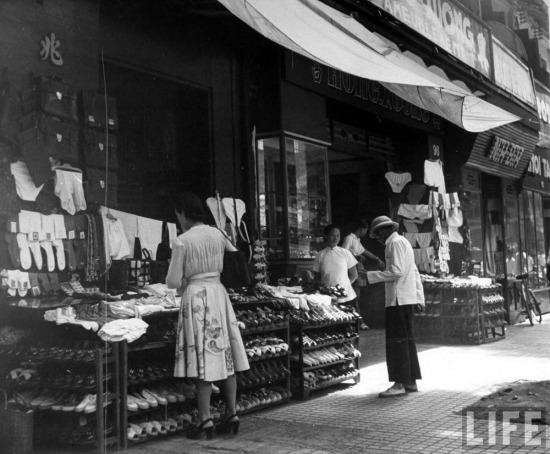 Cảnh buôn bán trên đường phố Sài Gòn.