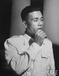 Chân dung Bảy Viễn, một tướng cướp lừng danh trước năm 1945, về sau tham gia tổ chức lực lượng vũ trang chống Pháp, sau ly khai trở về hợp tác với chính quyền Bảo Đại. Bảy Viễn cũng là thủ lĩnh của lực lượng Bình Xuyên chống đối và bị Ngô Đình Diệm dẹp tan vào năm 1955.