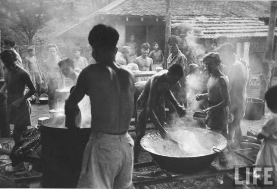 Cảnh bếp núc trong một trại lính người Việt của chính quyền thuộc địa.