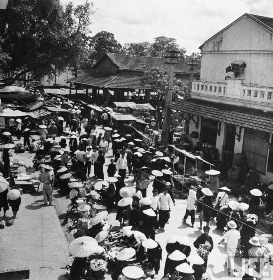Cảnh họp chợ tại một vùng quê.