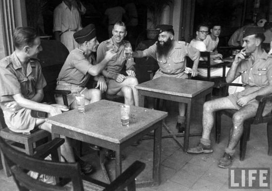 Lính Pháp tán gẫu trong một quán cà phê vỉa hè.