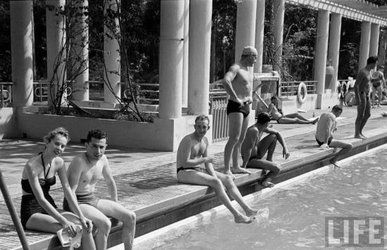 Người Pháp thư giãn tại hồ bơi ở Sài Gòn.