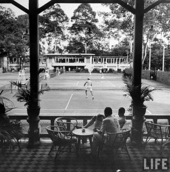 Các nhân viên thuộc địa chơi tennis tại CLB thể thao cạnh công viên Tao Đàn.