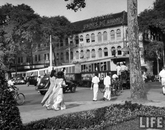 Xe điện chạy trên đường phố Sài Gòn.