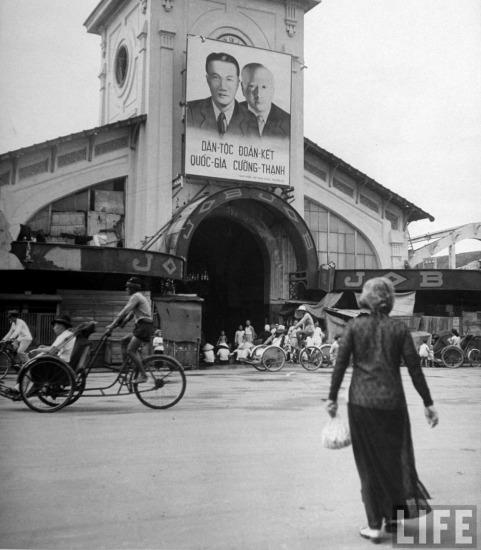 Chân dung Quốc trưởng Bảo Đại và Thủ tướng Nguyễn Văn Xuân của chính quyền thân Pháp ở miền Nam Việt Nam được treo trên cổng chợ Bến Thành.