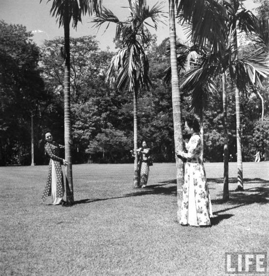 Ba người phụ nữ tạo dáng chụp ảnh trong công viên ở Sài Gòn.