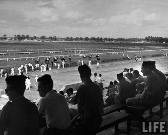 Các sĩ quan Pháp xem đua ngựa tại trường đua Phú Thọ, Sài Gòn.