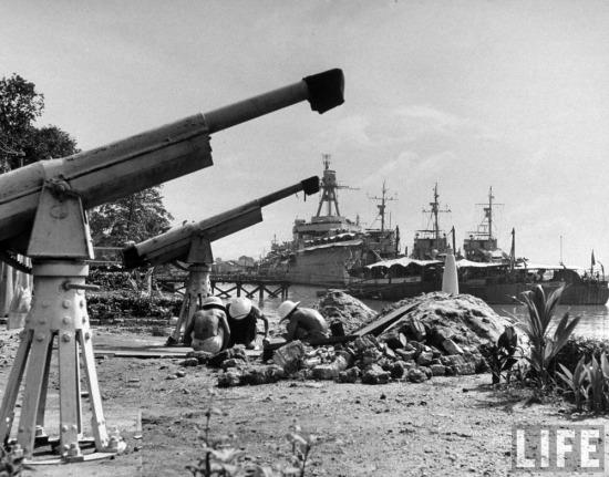Công nhân người Việt xây dựng các ụ súng bên bờ sông Sài Gòn.