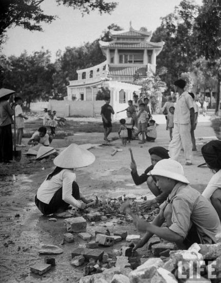 Sửa đường ven bờ hồ Hoàn Kiếm, gần nhà Thủy Tạ, Hà Nội.