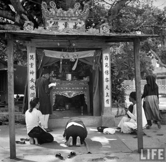 Người dân khấn vái tại một miếu thờ nhỏ ở Hà Nội.