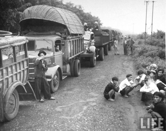 Đoàn xe quân sự của Pháp dừng lại nghỉ trên hành trình của mình.