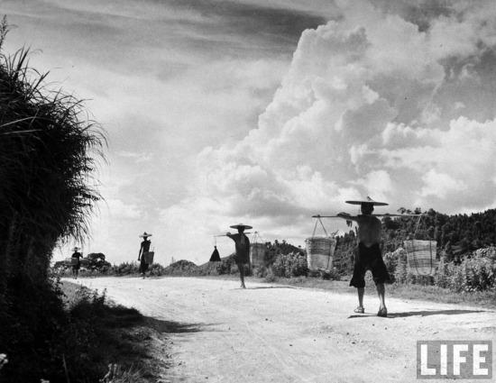 Nông dân người Hoa quay trở về Trung Quốc trên một con đường ở Đồng Đăng, Lạng Sơn.