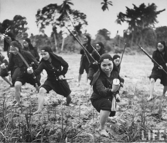 Nữ dân quân của giáo phái Hòa Hảo tập trận trong một cánh rừng ở miền Nam Việt Nam.