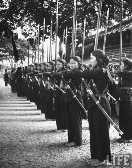 Nữ dân quân Hòa Hảo trong hàng ngũ.