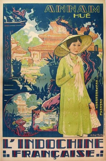 Tấm áp phích này khắc họa nét thơ mộng của Huế với những công trình kiến trúc cổ cùng tà áo dài duyên dáng của thiếu nữ xứ Kinh Kỳ.