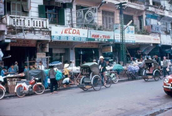 Chợ bán hàng lậu ở đại lộ Lê Lợi.