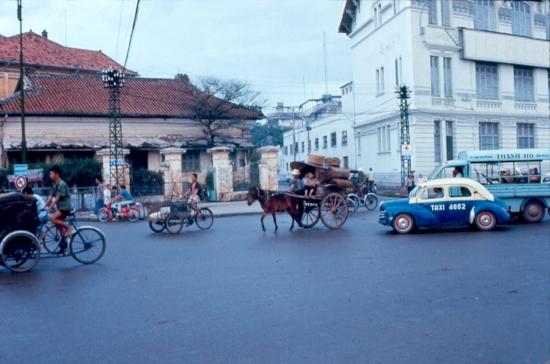 Xe ngựa trên đường phố Sài Gòn.