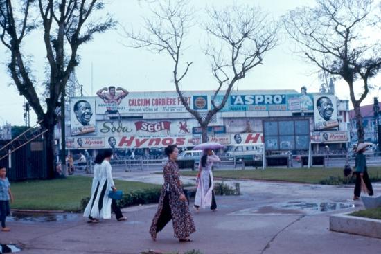 Áo dài và biển quảng cáo tràn ngập, hai nét đặc trưng của Sài Gòn trước 1975.